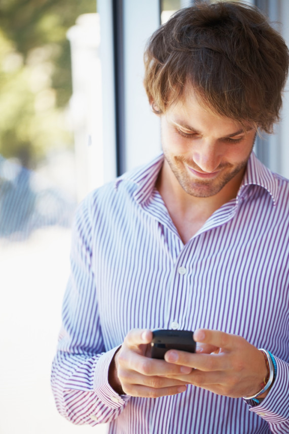 guy-texting-girl