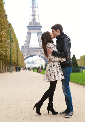eiffel-tower-kiss